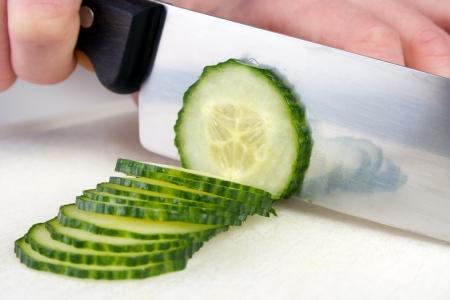 Cutting cucumber um Scheiben mit Kochmesser Standard-Bild - 17153915