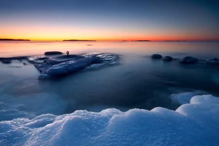 Am frühen Morgen nach Sonnenaufgang an der Küste von Helsinki