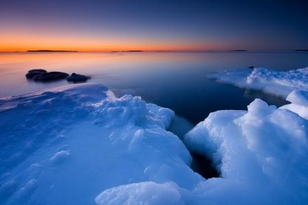 Nach Sonnenaufgang an der Küste von Uutela, Helsinki Standard-Bild - 17153926