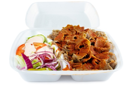 pinchos morunos: Kebab con ensalada de comida para llevar en caja de plástico