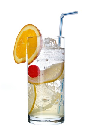 coctel de frutas: Largo trago Tom Collins con una rodaja de naranja, aislado