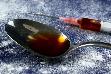 Drug Spritze und Löffel mit weißem Pulver Standard-Bild - 20447863