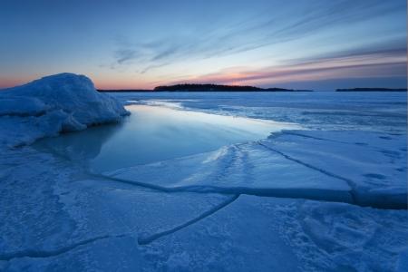 Morgendämmerung nach Sonnenaufgang an der Küste von Helsinki