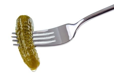 PICKLES: Mini pepino en tenedor, aislado en blanco Foto de archivo