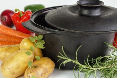 Frisches Gemüse und Kräuter mit gusseisernen Topf Lizenzfreie Bilder