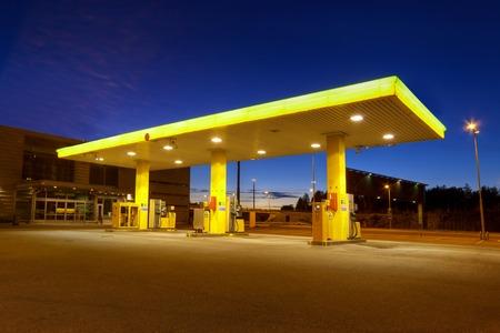 Gasolinera vacía con el cielo azul de la noche en Finlandia Editorial