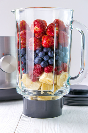 Making smoothie , fresh fruits in glass blender jar Standard-Bild - 107346280