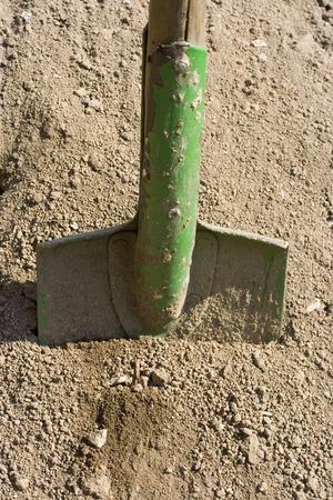 地面の緑の金属シャベル 写真素材