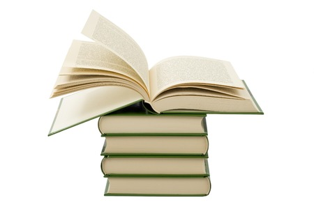 開いている本書籍のスタックの上に横たわる