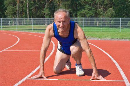 Senior Läufer in Startposition auf dem richtigen Weg  Standard-Bild - 2249759