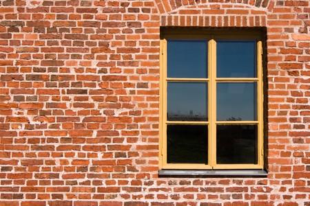 赤レンガの壁でウィンドウ