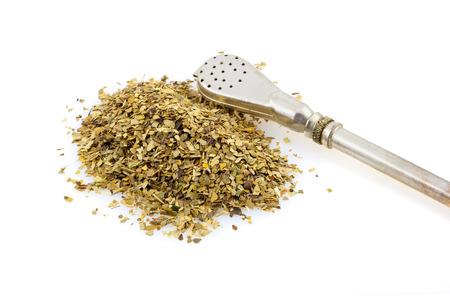 yerba mate: Bombilla y su compañero de hojas de té sobre un fondo blanco