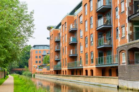 buildings on water: Edificio de viviendas en el Canal de Oxford. Oxford, Oxfordshire, Inglaterra Editorial