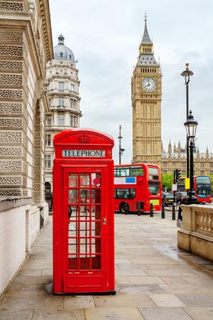 cabina telefonica: Cabina de teléfono roja, autobuses de dos pisos y el Big Ben. Londres, Inglaterra