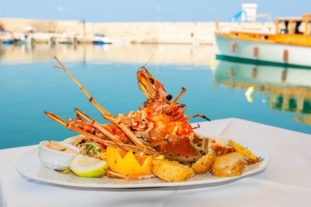 ロブスターは、白い皿の上の野菜を添えてください。レティムノ、クレタ島、ギリシャ