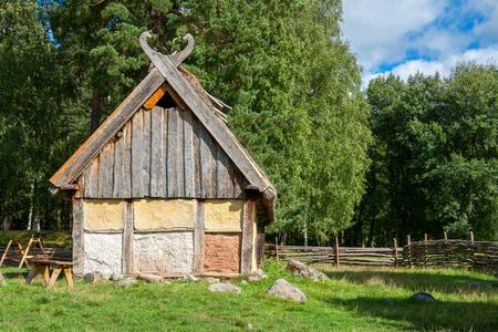 vikingo: Casa de madera en la aldea de vikingos. Suecia, Escandinavia, Europa