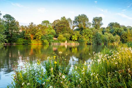 sol: Rio Tamisa perto Iffley Lock. Oxford, Oxfordshire, Inglaterra, Reino Unido Imagens