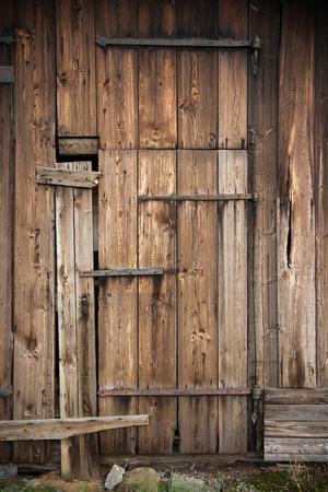 Hölzerne Tür der alten Scheune. Schweden Standard-Bild - 37717963