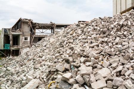 Stapel van puin van gesloopte gebouw