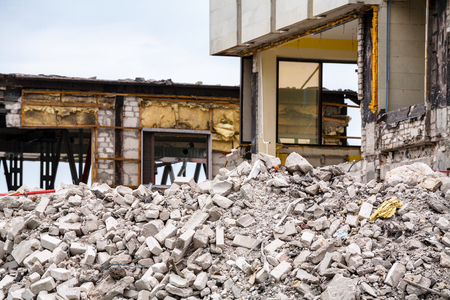 破壊された建物の瓦礫の山