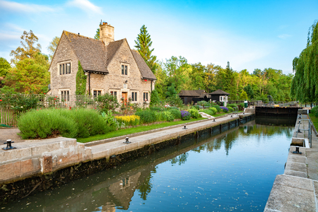 cottage: Iffley Lock on the River Thames. Oxford, Oxfordshire, England Editorial