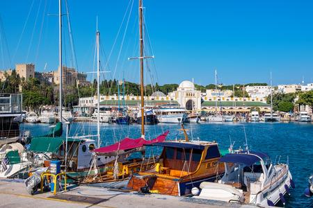 Boote im Hafen von Mandraki. Rhodes Town, Rhodos, Griechenland Standard-Bild