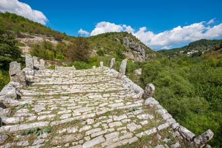 arcos de piedra: Tres arcos de piedra del puente de Kalogeriko (o Plakida) en el río de Voidomatis, cerca de las localidades de Kipi y Koukouli en el centro de Zagori. Grecia