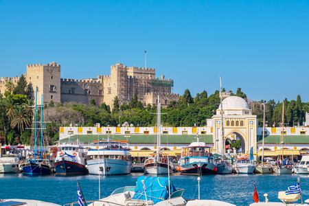 Boten in de haven van Mandraki. Rhodos stad, Rhodos, Griekenland