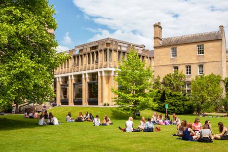 OXFORD, ENGLAND - 19. JUNI 2013: Studenten, die auf dem Gras außerhalb des Balliol-College von Universität von Oxford sich entspannen Standard-Bild - 73979421