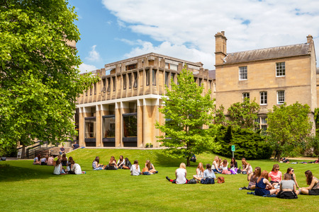 OXFORD, INGLATERRA - el 19 de junio de 2013: Los estudiantes se relajan en la hierba fuera de Balliol College de la Universidad de Oxford Editorial
