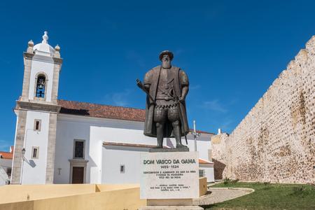 memorial cross: Statue of the Portuguese explorer Vasco da Gama in front of the parish church in Sines. Alentejo, Portugal Foto de archivo