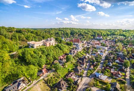 폴란드 - Kazimierz Dolny. 조감도. Kazimierz Dolny 성와 수평선 풍경. 스톡 콘텐츠