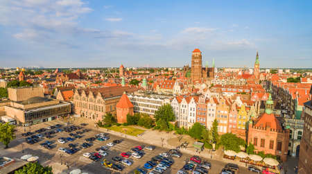 Gdansk - panorama de la vieille ville avec la tour visible de la basilique et le grand manège militaire. Banque d'images - 82966907