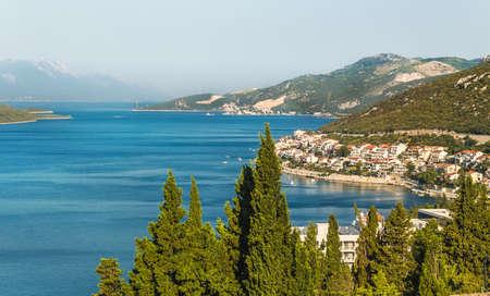 보스니아 헤르체고비나에서 Neum의 도시와 베이의 풍경. 아드리아 해 해안.