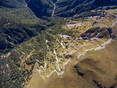 절벽과 산 계곡에서 강 상위 뷰.