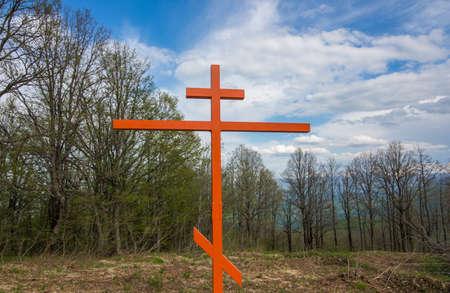 seconda guerra mondiale: Memoria di ferro sulla collina nei boschi. Croce in memoria delle vittime della seconda guerra mondiale. Archivio Fotografico