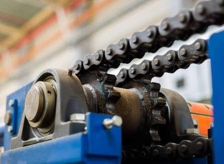 Het mechanisme van de kettingtransmissie. Lager, aandrijfas, tandwiel- en kettingsmering. Stockfoto