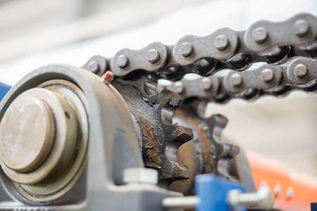 Der Mechanismus der Kettenübertragung. Lager, Antriebswelle, Getriebe und Kettenschmierung. Standard-Bild - 84893898