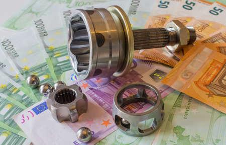 ユーロ紙幣の背景に等速ジョイント。