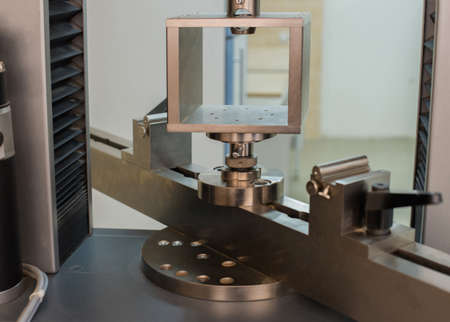 Machine for testing samples for tensile strength. 版權商用圖片
