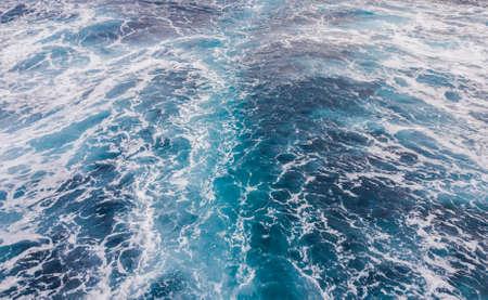 Una estela detrás de un barco en la superficie del mar. Foto de archivo
