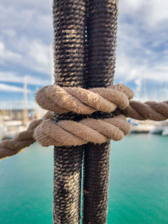 Clove Hitch Knot. It is knitted on shrouds of classic sailing ships for climbing the mast. Banco de Imagens - 116683096