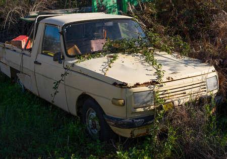 Abandoned old pickup truck in a junkyard. 版權商用圖片