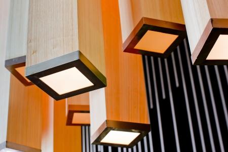 abatjour: Paralumi colorati pendono dal soffitto