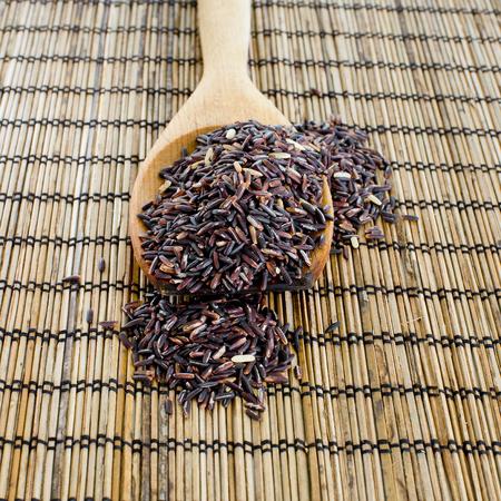 jasmine rice: Tailand�s del jazm�n negro berry Arroz de arroz en una cuchara de madera Foto de archivo