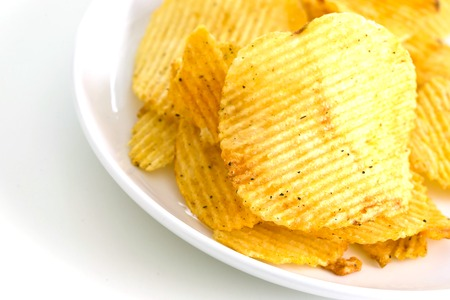 grasas saturadas: Las papas fritas aisladas sobre fondo blanco