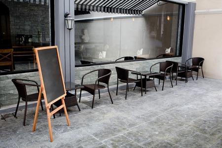 Konzept und Gestaltung vor Coffee Shop mit Tafel und schwarzen Sitz Lizenzfreie Bilder
