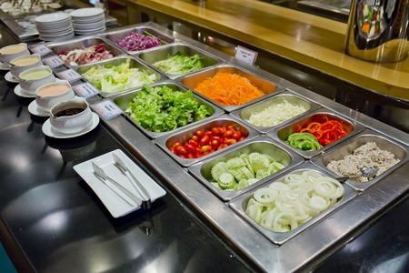 Salatbuffet mit Gemüse im Restaurant, gesundes Essen