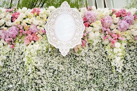 wedding backdrop: Fiori variopinti con parete verde per sfondo matrimonio