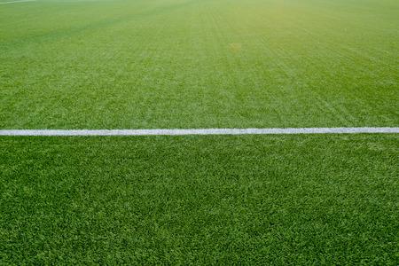 Rechte wit krijt lijn markering op gras achtergrond. Stockfoto